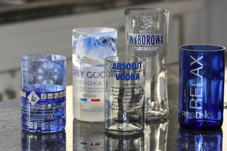vasos con botellas de cristal