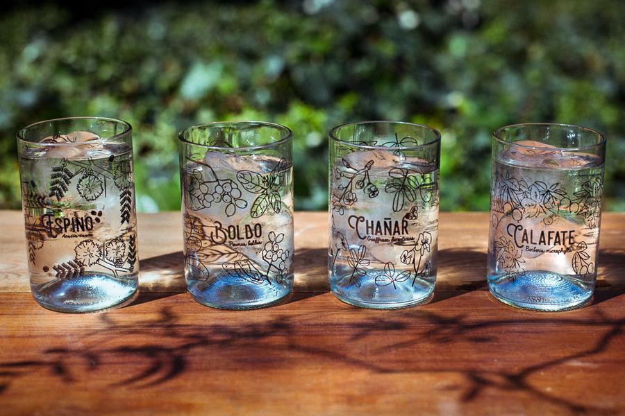 vasos de vidrio con botellas